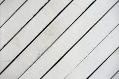 Vit målad träyttersidanärbild Lantliga naturliga trädiagonala plankor med sprickor, skrapor för modern design fotografering för bildbyråer