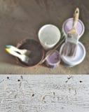 Vit målade träark, bakgrundsyttersidatecken, färg på burk borsten för utrustning för husmålning royaltyfri fotografi