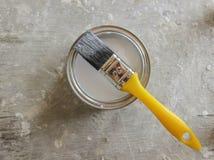 Vit målarfärg och gul borste Fotografering för Bildbyråer