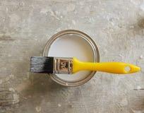 Vit målarfärg och gul borste Royaltyfria Bilder