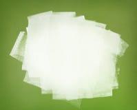 Vit målarfärg. Penseldrag på den gröna väggen. Royaltyfria Bilder