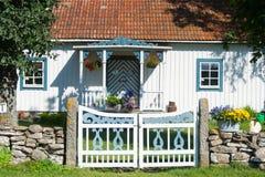 Vit målat svenskt lantbrukarhem Royaltyfri Fotografi