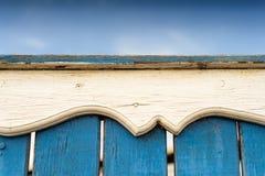 Vit målat utsmyckat snidit Wood staket royaltyfria bilder