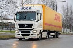 Vit man TGX18 Halv lastbil 480 på vägen Royaltyfria Bilder