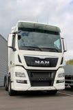 Vit man TGX 26 480 lastbiltraktor för euro 6 Royaltyfria Bilder
