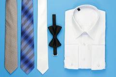 Vit manskjorta med pilbågen och band Fotografering för Bildbyråer