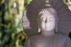 Vit marmorBuddha i en tempel Thailand Royaltyfria Bilder