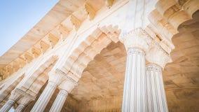 Vit marmorerar kolonner och inre på det Agra fortet i Agra, Indien av kejsarerummen arkivfoton