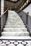 Vit marmortrappa i lyxig interior Royaltyfria Foton