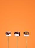 Vit marshmallow som doppas i choklad Royaltyfria Foton