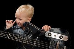 Vit maskering och saxofon Vagga stilbarnet Little rockstjärna Barnpojke med gitarren Liten gitarrist i vippaomslag vagga och arkivbild