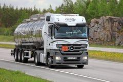 Vit Mercedes-Benz Actros Semi Tanker ADR transport på sommar Arkivbild