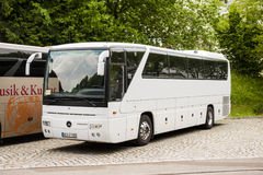 Vit Mercedes-Benz lagledarebuss Arkivfoton