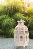 Vit metall som är lattern i retro design på spegeltabellen i trädgård Royaltyfria Foton