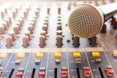 Vit mikrofon och blandare Royaltyfri Foto