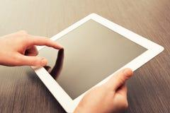 Vit minnestavla med en tom skärm i händerna på tabellen Fotografering för Bildbyråer