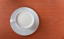 Vit mjölkar på träbakgrund Arkivbild