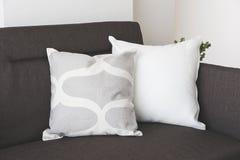 Vit mjuk kudde på soffan Arkivfoton