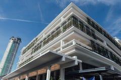 Vit modern byggnad i morgonmarknad med klar blå himmel på George Town malaysia penang arkivfoto