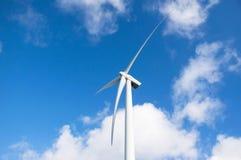 Vit modern väderkvarn Med moln för blå himmel och vit Holländsk himmel Fotografering för Bildbyråer