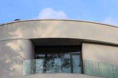 Vit modernt hus arkivfoton