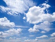 vit molnig och blå himmel Arkivfoto