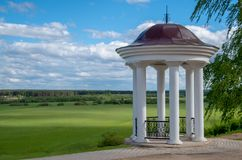 Vit monument med kolonner royaltyfria foton
