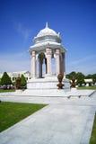 Vit monument till en bakgrund för blå himmel royaltyfria foton