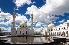 Vit moské i den Bolgar staden med reflexion i vattnet och den härliga himlen arkivfoton
