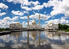 Vit moské i staden av Bolgar royaltyfri fotografi