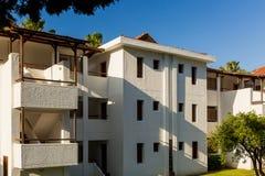 Vit motellbyggnad i Turkiet royaltyfri fotografi
