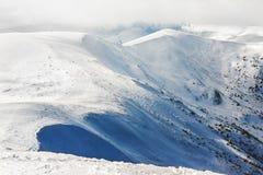 Vit når en höjdpunkt berg av Dragobrat Den västra Ukraina Arkivfoto