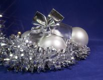 Vit nacreous glass boll för nytt år Arkivbild