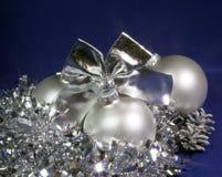 Vit nacreous glass boll för nytt år Royaltyfri Foto