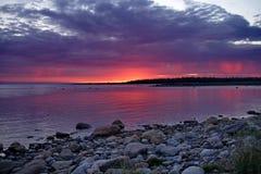 Vit natt solnedgång över havet Arkivfoto
