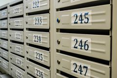 Vit ny postbox i andelslägenhet Arkivbild