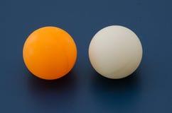 Vit och apelsinen knackar pongbollen Arkivfoto