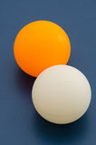Vit och apelsinen knackar pongbollen Arkivbild