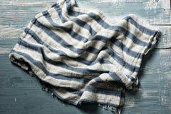 Vit och blå randig halsduk på trätabellen royaltyfria foton
