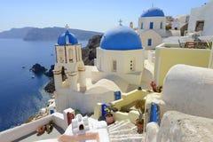 Vit och blått av Santorini, Oia by över det Aegean havet Arkivbilder