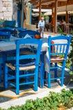 Vit- och blåttfärger av den traditionella grekiska krogen Arkivbilder