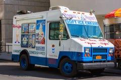 Vit- och blåttglassskåpbil på en gata i New York City Royaltyfria Bilder