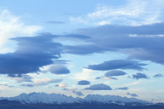 Vit- och blåttmoln verkar penseldrag ljuset - blå himmel Arkivfoton