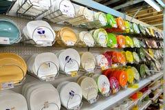 Vit- och färgplattor på en shopping rack i stormarknadbilen Fotografering för Bildbyråer