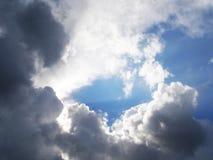 Vit och grå färg fördunklar i himlen arkivfoton