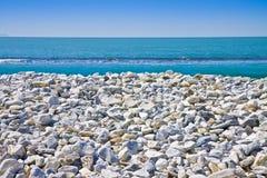 Vit och grå färg stenar slappt rundat mot en blå himmel Royaltyfria Bilder