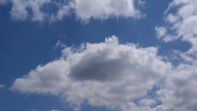 Vit och gråa moln flyttar sig i blå himmel stock video