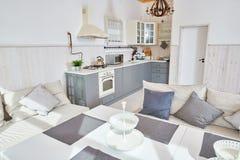 Vit och Grey Open Kitchen Interior arkivfoton
