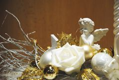 Vit och guld- garnering - ängel, blomma och färgrika flaskor Arkivfoton