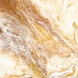 Vit och guld- marmortextur Handattraktionmålning med marmorerade textur- och guld- och bronsfärger Guld- marmor Arkivbild